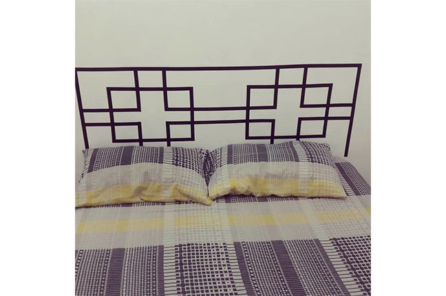 cabeceira de cama feita com fita isolante