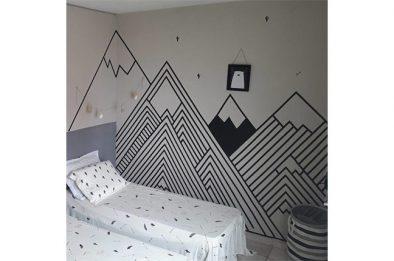 parede decorada com fita isolante