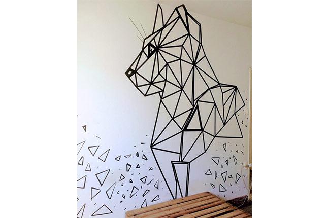 parede com decoração geométrica feita com fita isolante