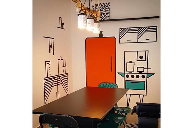 desenho em parede feito com fita isolante
