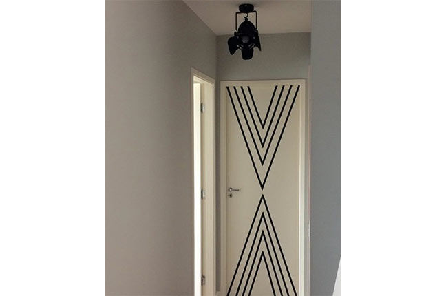 porta decorada com fita isolante