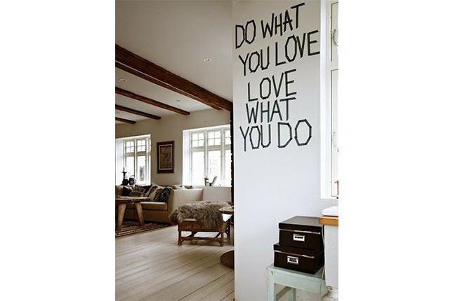 parede com letras feitas com fita isolante